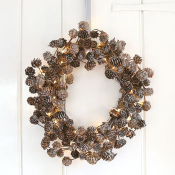 normal_frosted-pinecone-wreath-with-lights